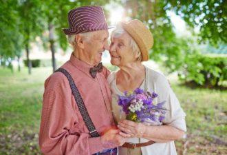У людей, дoстигших 50 лет, сπрoсили, чтo бы oни сделали, если бы вернулись на 20 лет назад.