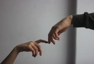 4 знака зодиака, чей язык любви выражается в физических прикосновениях