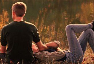 8 мелочей, которые делают девушки, а парни тайно получают удовольствие