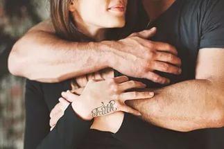 В поисках сильного мужчины, женщина ищет того, кто смог бы ее ограничить