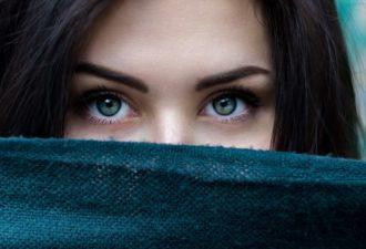 Как научиться читать собеседника по глазам